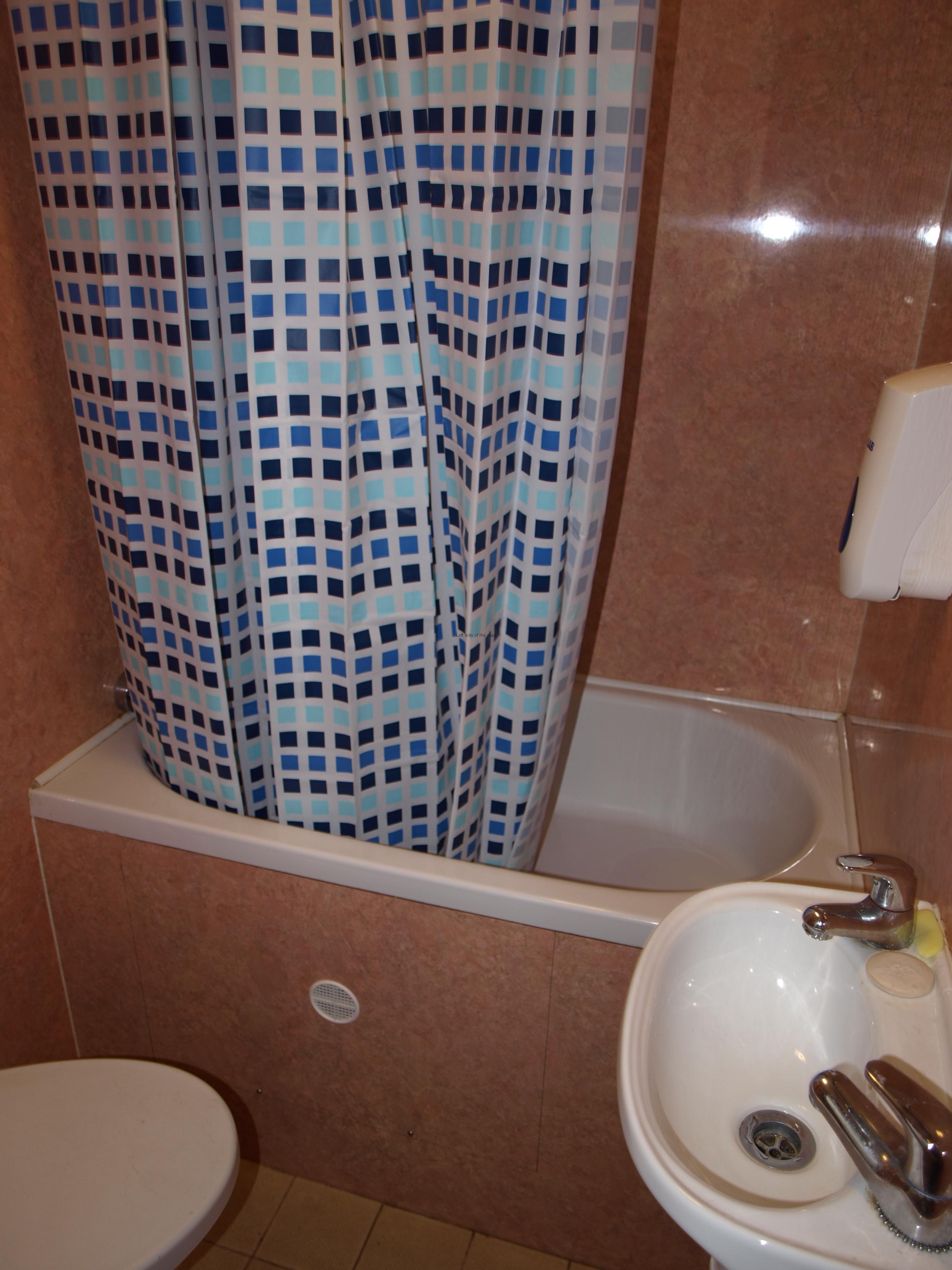 Cabin 10 en suite bathroom